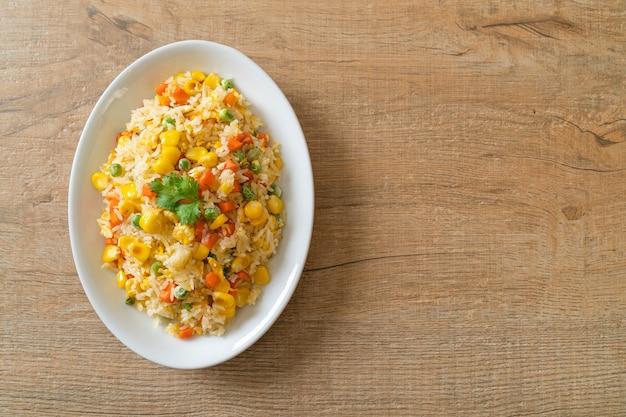 Hausgemachter gebratener reis mit gemischtem gemüse (karotte, grüne bohnen, mais) und ei