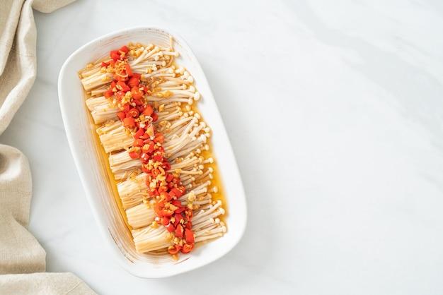 Hausgemachter gedämpfter goldnadelpilz oder enokitake mit sojasauce, chili und knoblauch