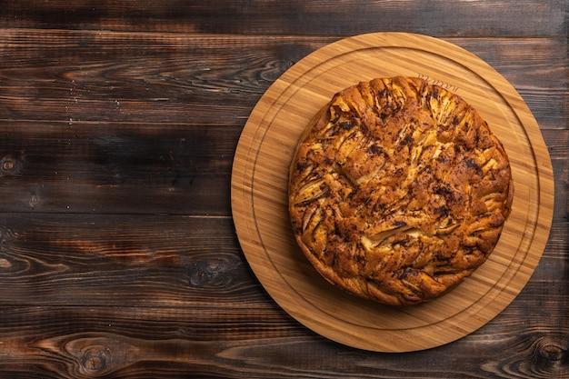 Hausgemachter gesunder traditioneller kornischer apfelkuchen auf einem holzbrett
