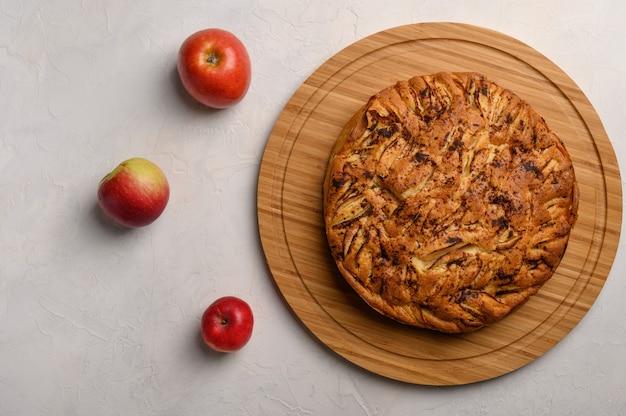 Hausgemachter gesunder traditioneller kornischer apfelkuchen auf weißem hintergrund