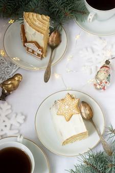 Hausgemachter honigkuchen mit saurer sahne, dekoriert mit lebkuchen