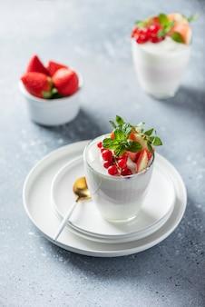 Hausgemachter joghurt mit erdbeere