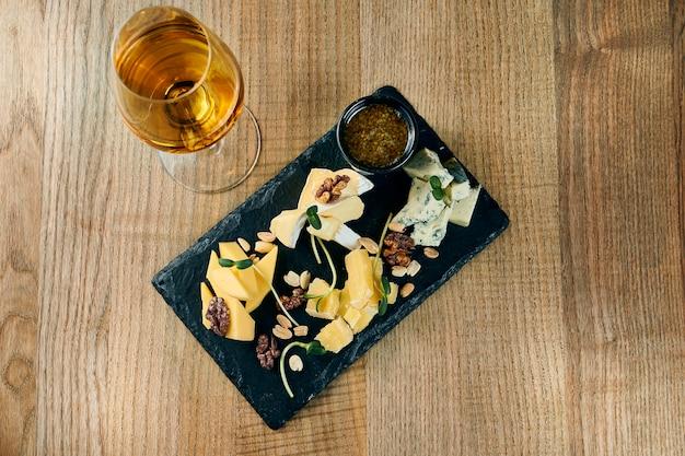 Hausgemachter käse auf keramikplatte