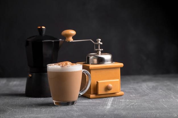 Hausgemachter kaffee-cappuccino mit kanne und mühle