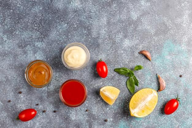 Hausgemachter ketchup, senf und mayonnaise-sauce.