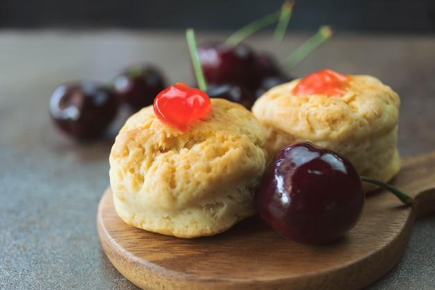 Hausgemachter klassischer scone mit frischen kirschen