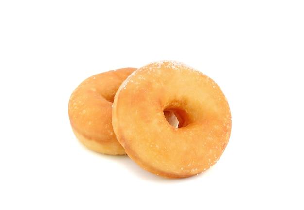 Hausgemachter klassischer zuckerhaltiger donut auf weißem hintergrund