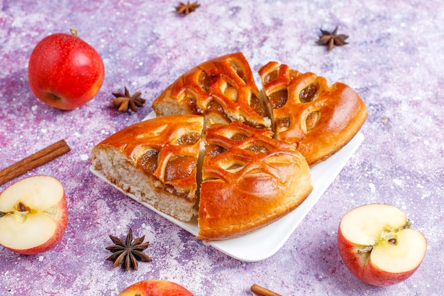 Hausgemachter köstlicher apfelkuchen mit marmelade.