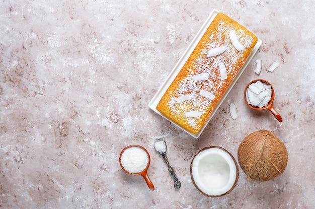 Hausgemachter köstlicher kokosnusskuchen mit halber kokosnuss