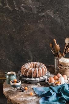 Hausgemachter köstlicher osterkuchen mit beeren und glasur