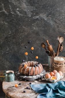 Hausgemachter köstlicher osterkuchen mit schwebenden beeren und glasur