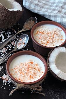 Hausgemachter kokosjoghurt. probiotika. keto frühstück. keto-diät.