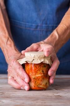 Hausgemachter koreanischer fermentierter kimchi-kohlsalat vegan vegetarisch konserven