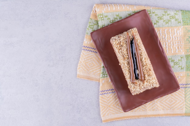 Hausgemachter kuchen auf braunem teller mit tischdecke. foto in hoher qualität