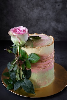 Hausgemachter kuchen.der geburtstagskuchen ist mit einer lebenden rose verziert.
