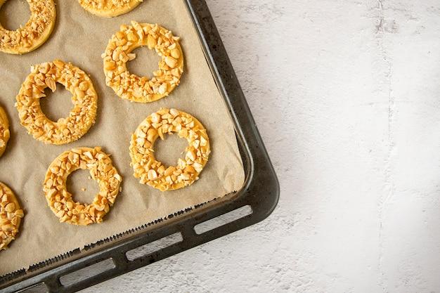 Hausgemachter kuchen. erdnussbutter ring cookies.