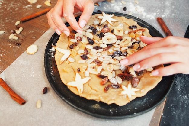 Hausgemachter kuchen mit getrockneten früchten dekor