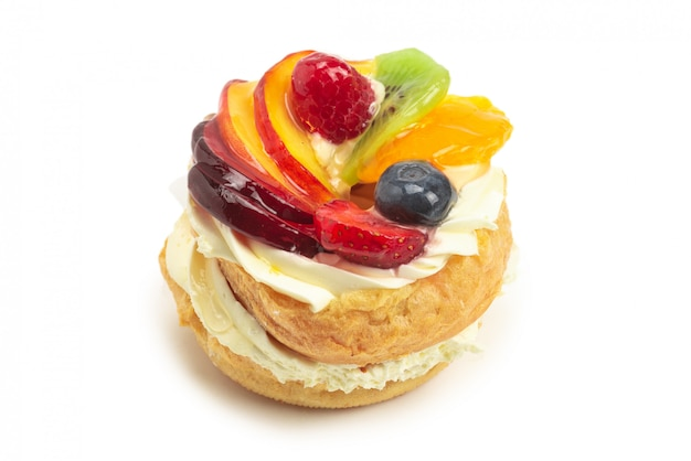 Hausgemachter kuchen mit sahne und früchten isoliert