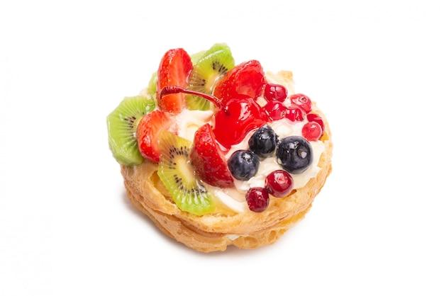 Hausgemachter kuchen mit sahne und früchten isoliert.