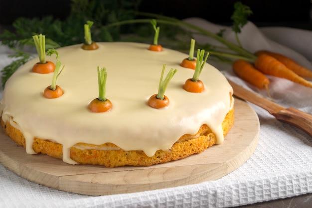 Hausgemachter kuchen. traditioneller karottenkuchen mit sahne.