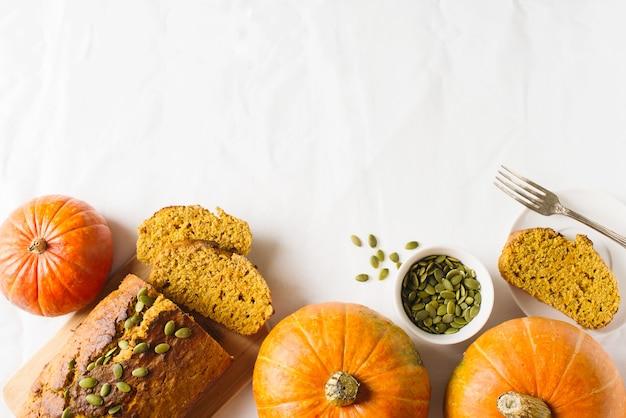 Hausgemachter kürbiskuchen auf weißem hintergrund. thanksgiving und herbstthema
