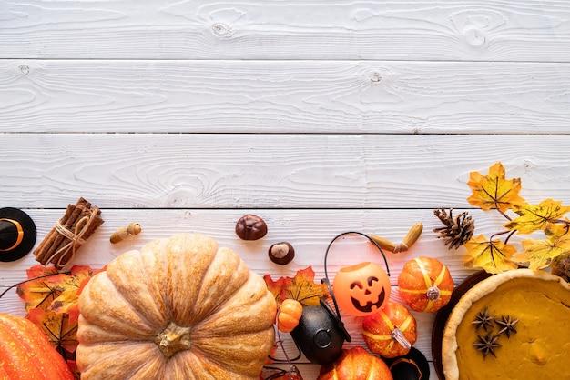 Hausgemachter kürbiskuchen mit herbstlaub auf rustikalem hintergrund,