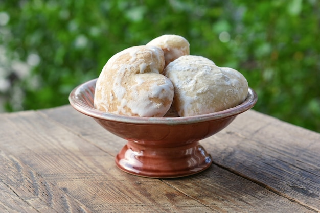 Hausgemachter lebkuchen in zuckerglasur
