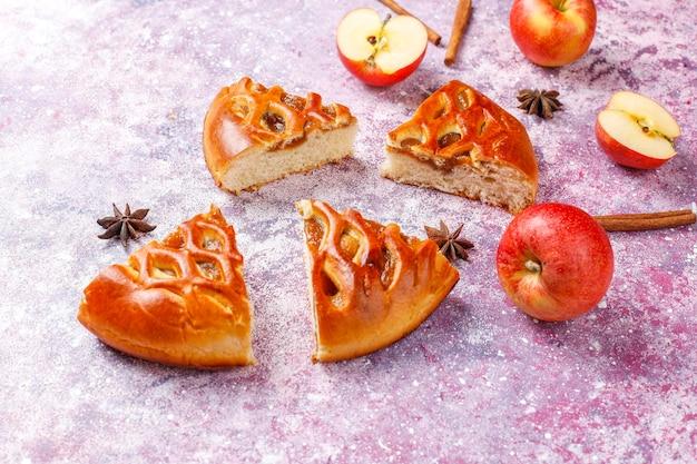 Hausgemachter leckerer apfelkuchen mit marmelade.