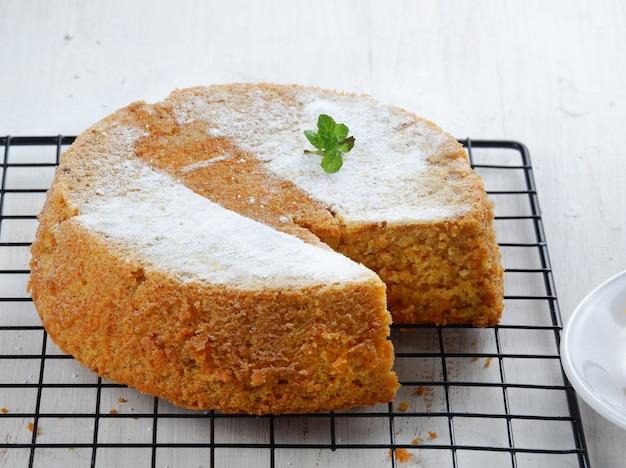 Hausgemachter leckerer karottenkuchen auf dem tisch