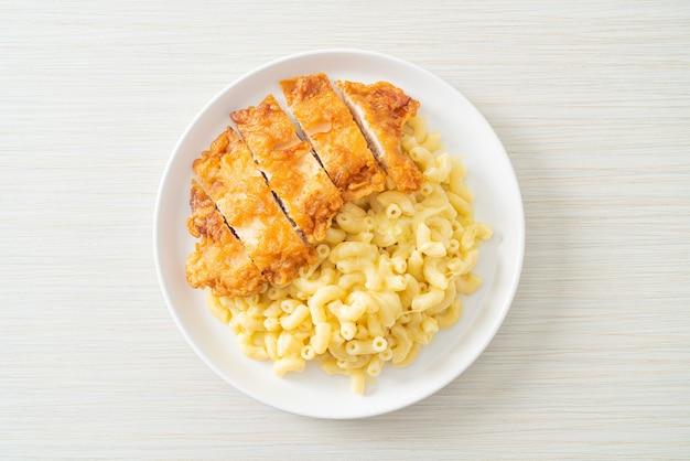 Hausgemachter mac und käse mit brathähnchen