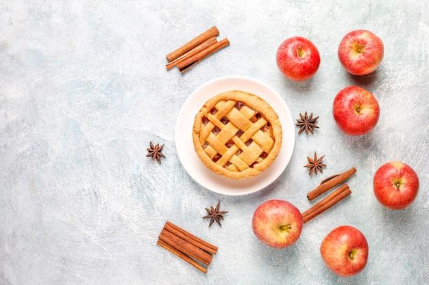 Hausgemachter mini-apfelkuchen mit zimt