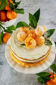 Hausgemachter obstkuchen mit frischer mandarine. nahansicht.