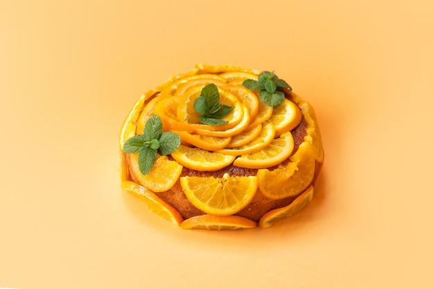 Hausgemachter orangenkuchen mit geschnittenen orangen isoliert