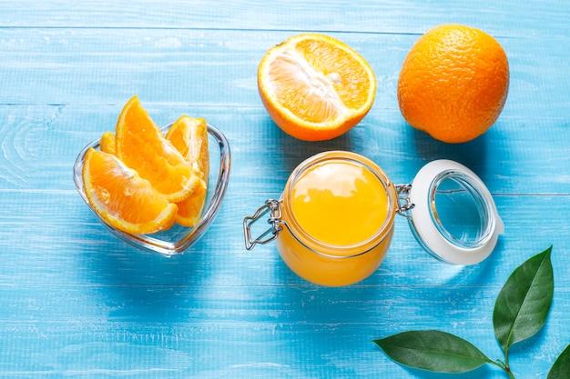Hausgemachter orangenquark mit saftigen orangen.