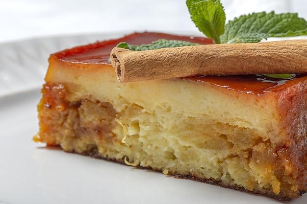 Hausgemachter pudding aus frischen und gesunden äpfeln auf marmor