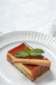Hausgemachter pudding von frischen und gesunden äpfeln auf marmortisch