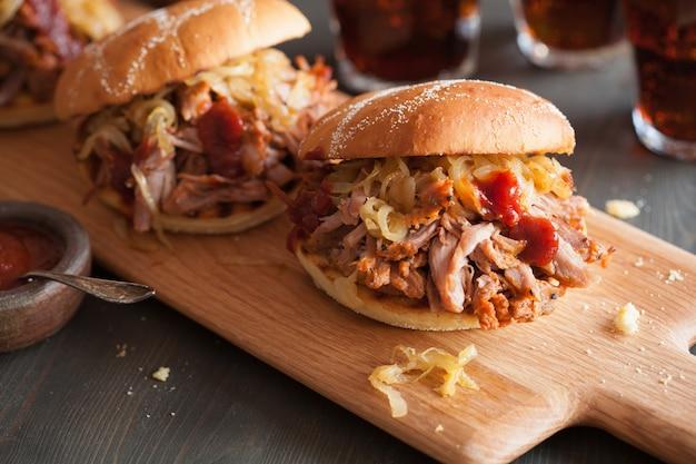 Hausgemachter pulled pork burger mit karamellisierten zwiebeln und bbq-sauce