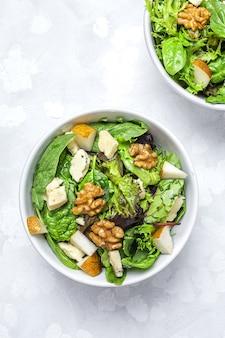 Hausgemachter salatsortimentsalat mit blauschimmelkäse, walnüssen und birne