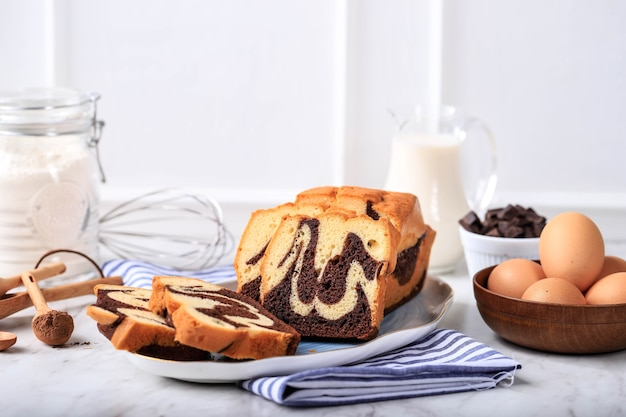 Hausgemachter schokoladen-vanille-marmor-laib-kuchen. in scheiben geschnitten serviert mit tee oder kaffee. weißer hintergrund