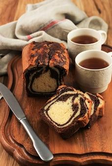 Hausgemachter schokoladen-vanille-marmor-laib-kuchen. in scheiben geschnitten serviert mit tee oder kaffee.