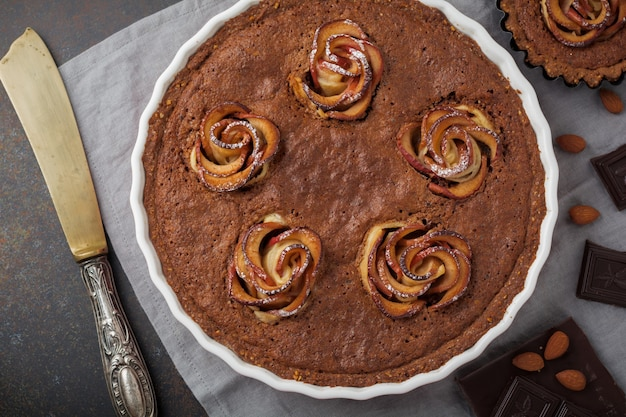 Hausgemachter schokoladenkuchen mit frangipane