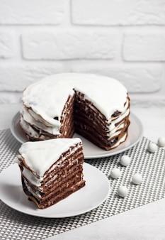 Hausgemachter schokoladenkuchen mit sahne. stück kuchen auf einem teller