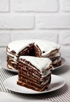 Hausgemachter schokoladenkuchen mit sahne