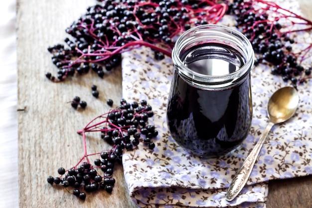 Hausgemachter schwarzer holundersirup im glas