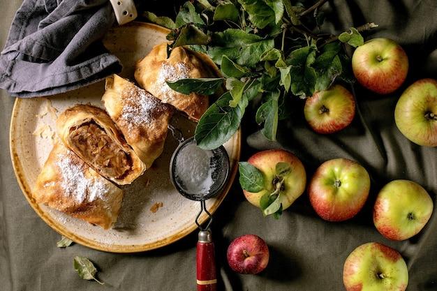 Hausgemachter traditioneller apfelstrudelkuchen in scheiben