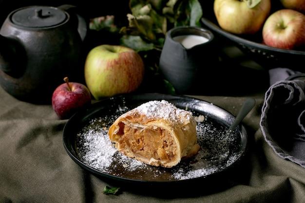 Hausgemachter traditioneller apfelstrudelkuchen mit äpfeln