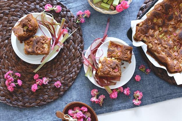 Hausgemachter weicher puffkuchen mit rhabarber