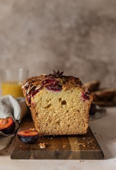 Hausgemachter würziger pflaumenkuchen verziert mit mandeln