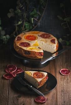 Hausgemachter zitrusfruchtkuchen auf holztisch in der rustikalen art