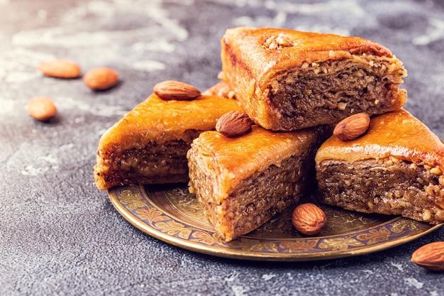 Hausgemachtes baklava mit nüssen und honig